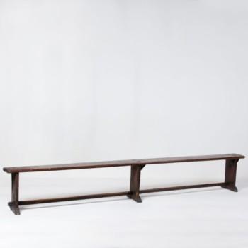Holzbank Ricardo | Ricardo ist eine sehr schöne und dunkle Sitzbank aus Holz, die sich hervorragend für gemütliche Gartenpartys eignet. Holzbank Ricardo macht auch Indoor einiges her und lädt Deine Gäste zum Sitzen ein. Viele unserer KundInnen mieten viele Bänke in verschiedenen Stilrichtungen um einen gewissen Charme zu erzeugen. | gotvintage Rental & Event Design