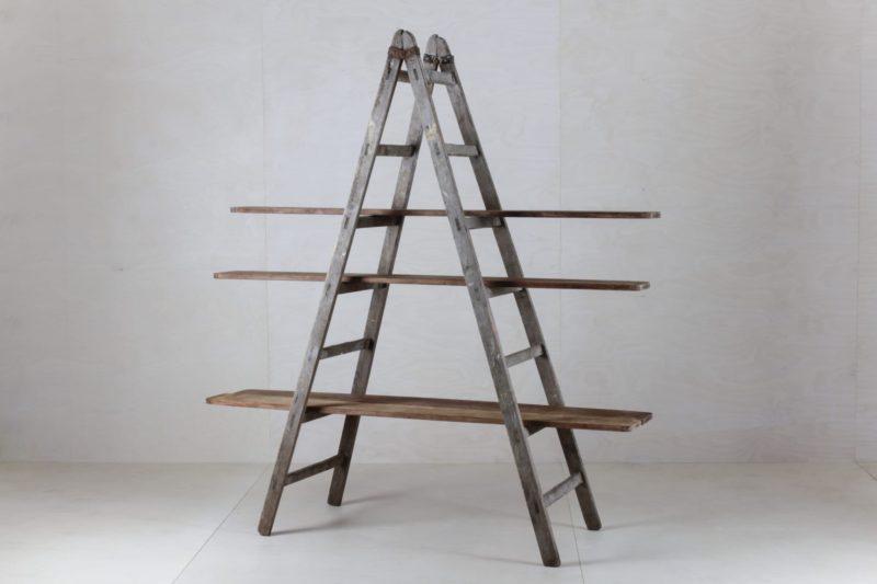 Holzbrett Zacarias Keramikfabrik | Schöne alte Holzbretter aus einer Keramikfabrik. Ideal in Kombination mit einer unserer Holzleitern. Bitte die Leiter separat bestellen. | gotvintage Rental & Event Design