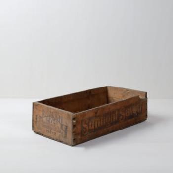 Holzkiste Blas | Holziste mit Schriftzug. Sehr authentisch als Regalelement mit kleinen Fläschchen oder Büchern. | gotvintage Rental & Event Design