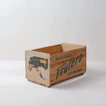 Holzkiste Leandro | Vintage Obstkiste aus Argentinien mit knalligem Schriftzug. | gotvintage Rental & Event Design