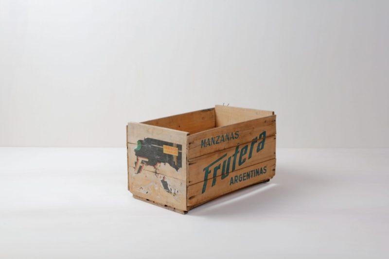 Holzkiste Leandro   Vintage Obstkiste aus Argentinien mit knalligem Schriftzug.   gotvintage Rental & Event Design