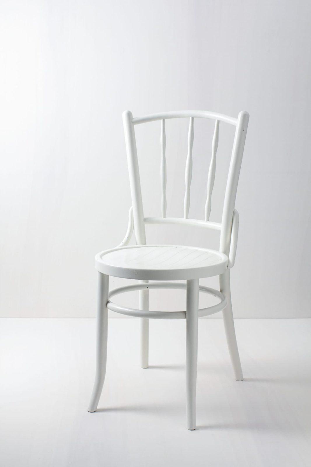 Holzstuhl Elena | Stuhl im Thonet-Stil, seidenmatt weiß lackiert. | gotvintage Rental & Event Design