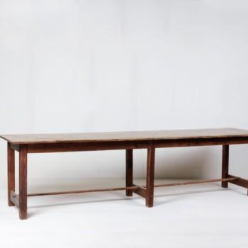 Holztisch Adriano | An diesen riesigen Holztisch passen alle ran!Er bietet super viel Platz für größere Events. | gotvintage Rental & Event Design