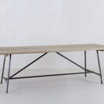 Holztisch Constantino Eiche & Stahl | Aus alten Fachwerk-Eichenbalken hergestellt, passen diese Tische perfekt zu jeder Gelegenheit. Sie bieten für bis zu 10 Personen Platz. | gotvintage Rental & Event Design