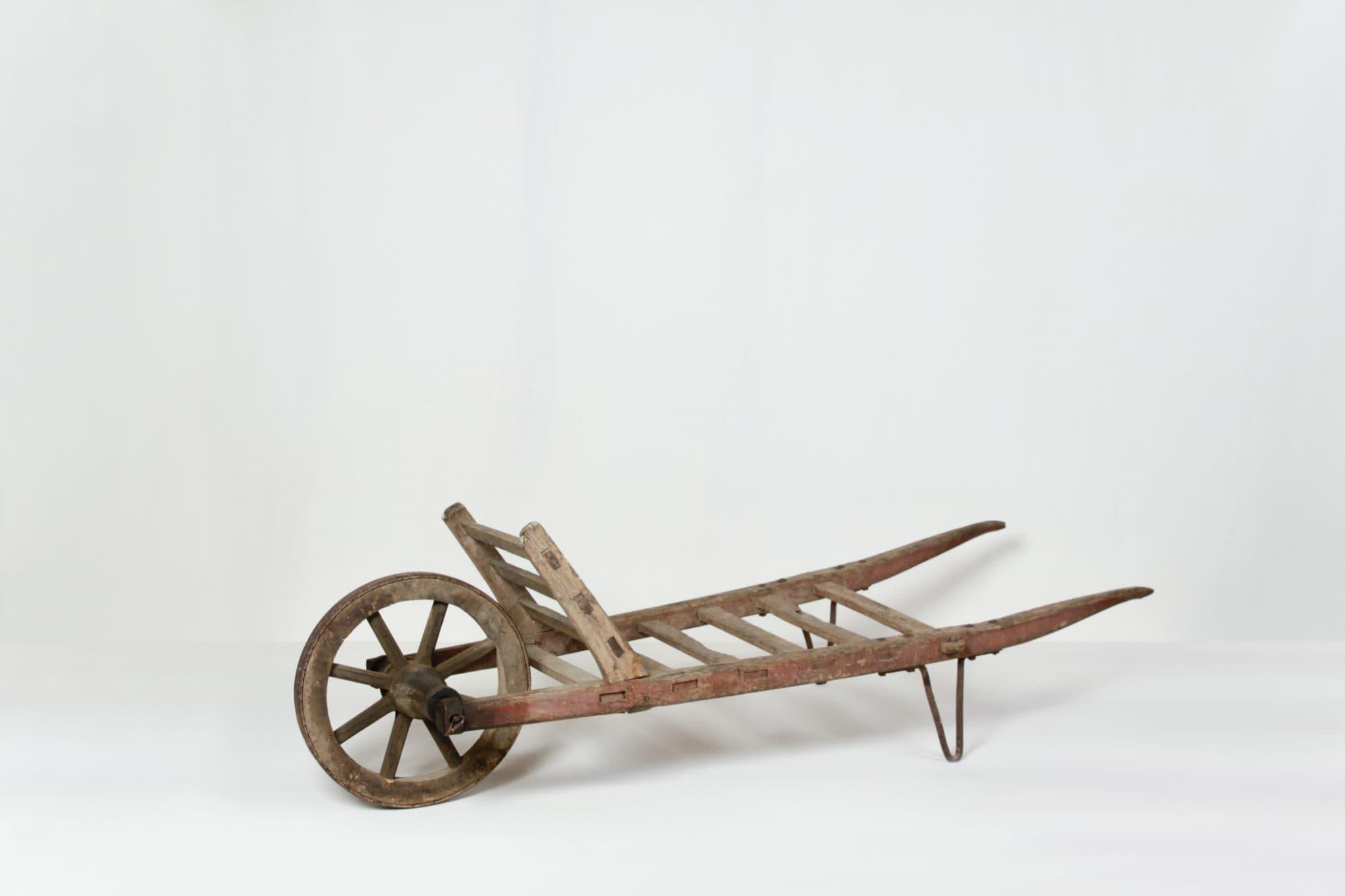 Holzschubkarre Elvio | Schubkarre für eine ländliche Dekoration. Nett mit Heu oder als Plattform für eigene Ideen. | gotvintage Rental & Event Design