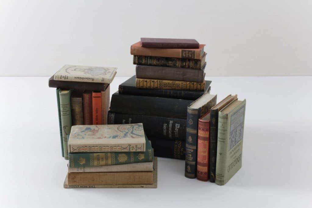 Bücher Leonora Vintage Farbmix | Bücher sorgen immer für eine gemütliche Atmosphäre. Ein Set besteht aus zehn Büchern mit unterschiedlichen Farben. | gotvintage Rental & Event Design