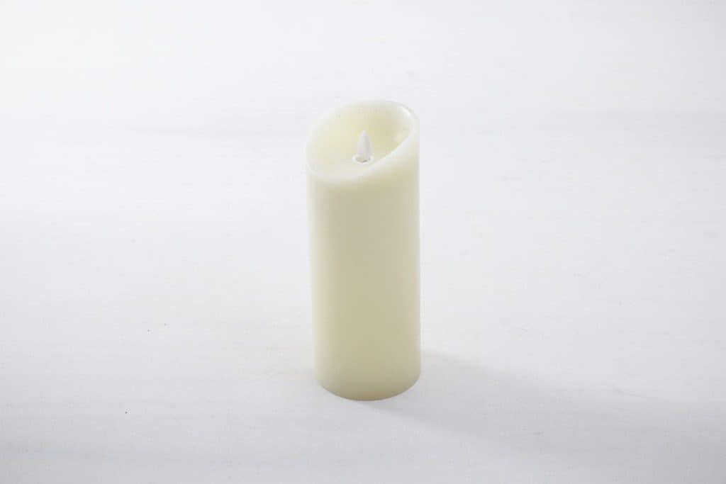 Kerze Yolanda Echtwachs LED L | Täuschend echter Kerzenschein, flammenfrei und sturmsicher. Die Echtwachs LED Kerzen werden mit 3x AA Batterien geliefert und haben eine Brenndauer von mehreren hundert Stunden.Erhältlich in drei verschiedenen Größen: S, M, L. | gotvintage Rental & Event Design