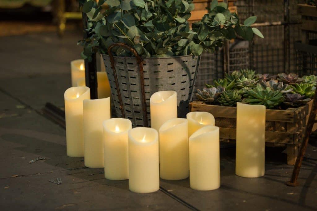 Kerze Yolanda Echtwachs LED L | Täuschend echter Kerzenschein, flammenfrei und sturmsicher. Die Echtwachs LED Kerzen werden mit 3x AAA Batterien geliefert und haben eine Brenndauer von mehreren hundert Stunden.Erhältlich in drei verschiedenen Größen: S, M, L. | gotvintage Rental & Event Design