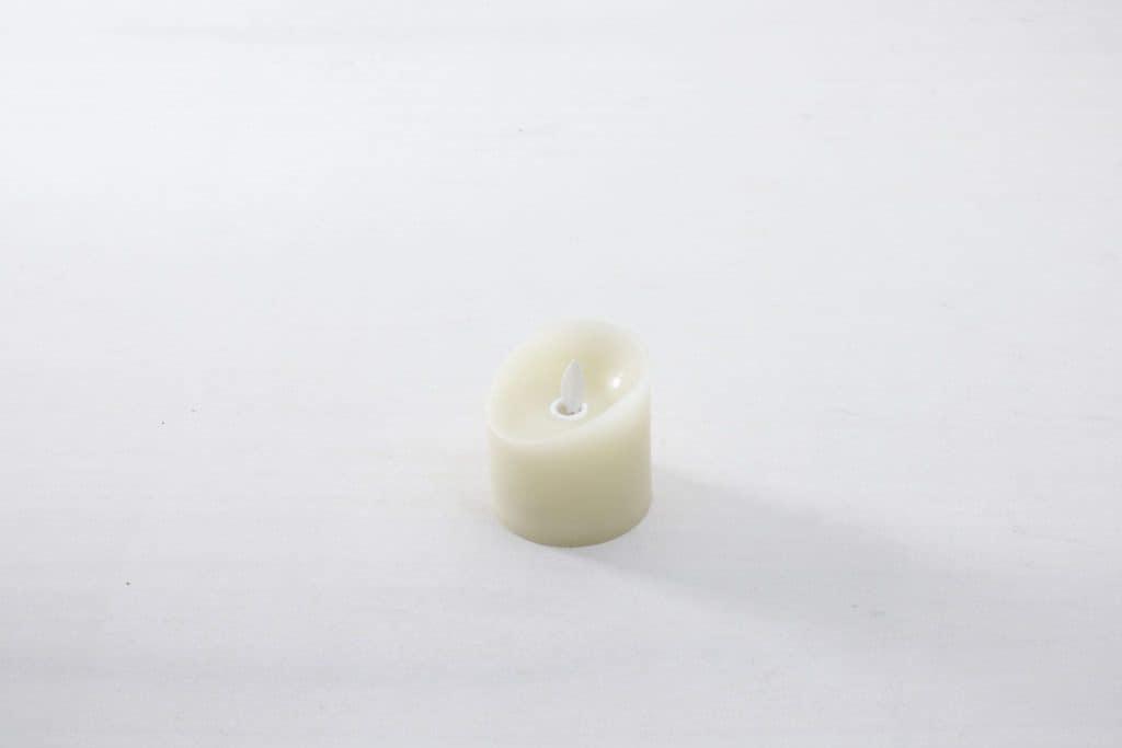 Kerze Yolanda Echtwachs LED S | Täuschend echter Kerzenschein, flammenfrei und sturmsicher. Die Echtwachs LED Kerzen werden mit 3x AAA Batterien geliefert und haben eine Brenndauer von mehreren hundert Stunden.Erhältlich in drei verschiedenen Größen: S, M, L. | gotvintage Rental & Event Design