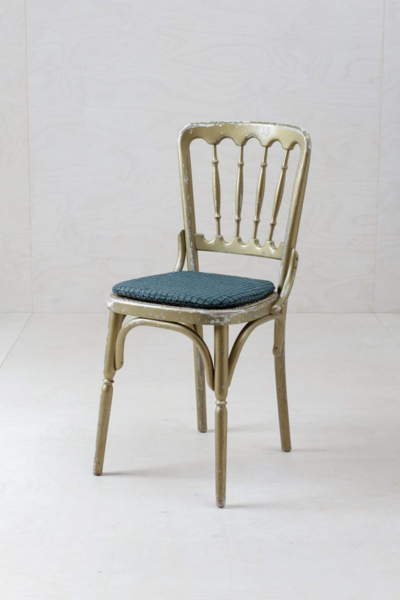 Straight out of the Vienna Opera, original vintage Chiavari style chairs in gold. You can choose between several seating surfaces and cushions, charming gold-white, exciting jungle-green, black or natural rattan. Please ask for cushions separately and mention the requested colour.