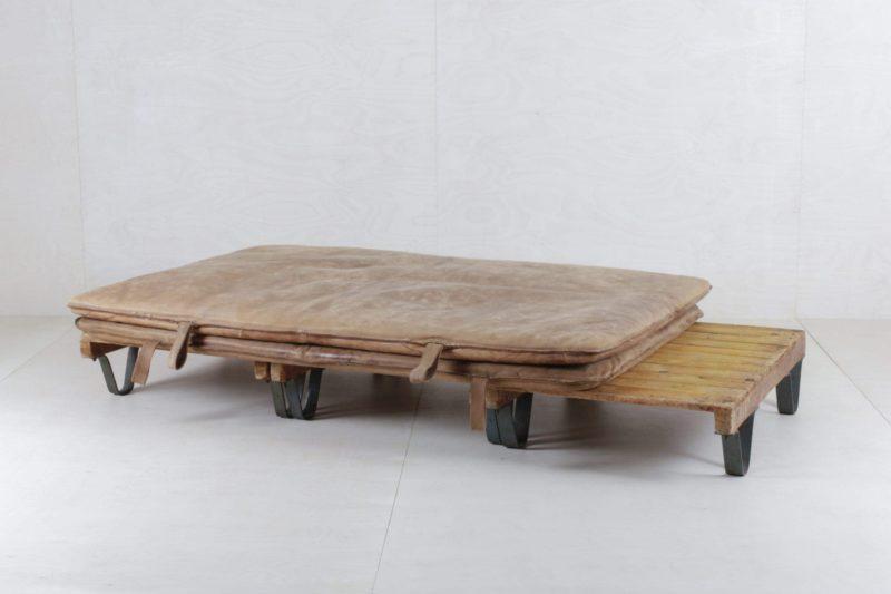 Palette Sergio Bücherfabrik | Zusammen mit unseren wunderschönen vintage Turnmatten Bartolo ergeben drei Paletten eine ausgefallene Sitzmöglichkeit, die unsere Kunden lieben. | gotvintage Rental & Event Design