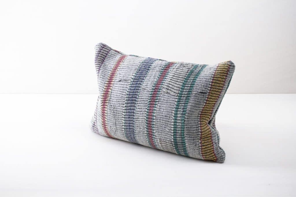 Kissen Honoria 40x60 | Vintage Baumwollstoffe in neue Form gebracht sind diese Einzelstücke zum Dekorieren bei einem Picknick oder der Boho Hochzeit. | gotvintage Rental & Event Design