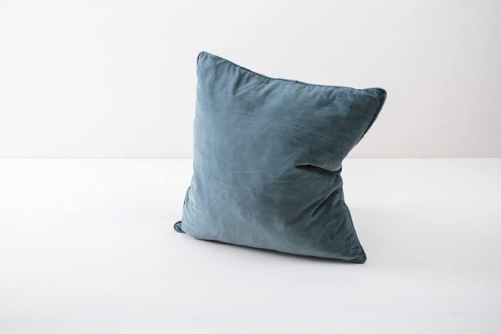 Kissen Marina Blau 50x50 | Weiche Kissen mit samtiger Hülle aus Baumwolle. Verschiedene Farben zum Kombinieren, unter anderem Blush, Blau und Pink. | gotvintage Rental & Event Design