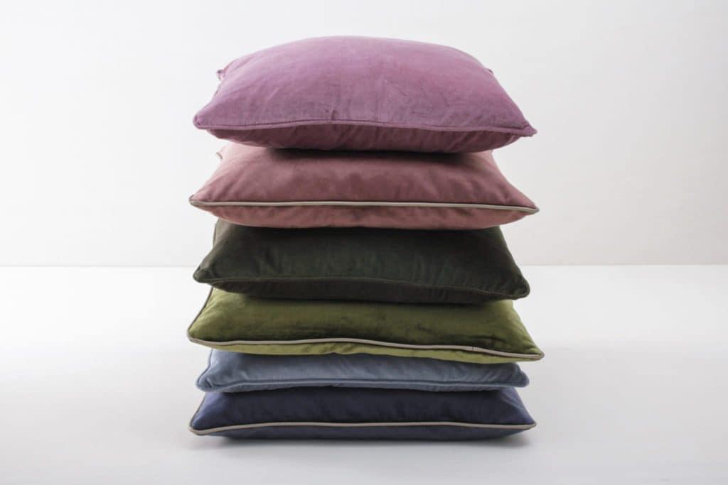 Kissen Marina Dunkelgrün 50x50 | Weiche Kissen mit samtiger Hülle aus Baumwolle. Verschiedene Farben zum Kombinieren, unter anderem Blush, Blau und Pink. | gotvintage Rental & Event Design