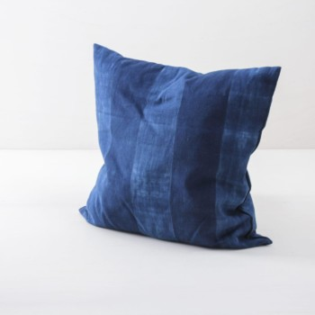 Pillow Veto Indigo 50x50 | Soft, handwoven, Indigo hand dyed cotton with it's origin in Guinea. Those pillows are super cosy. | gotvintage Rental & Event Design