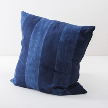 Pillow Veto Indigo 60x60 | Soft, handwoven, Indigo hand dyed cotton with it's origin in Guinea. Those pillows are super cosy. | gotvintage Rental & Event Design