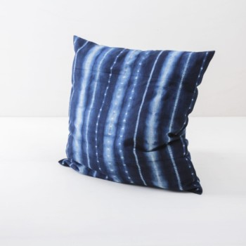 Pillow Vicente Indigo 50x50 | Soft, handwoven, Indigo hand dyed cotton with it's origin in Guinea. Those pillows are super cosy. | gotvintage Rental & Event Design