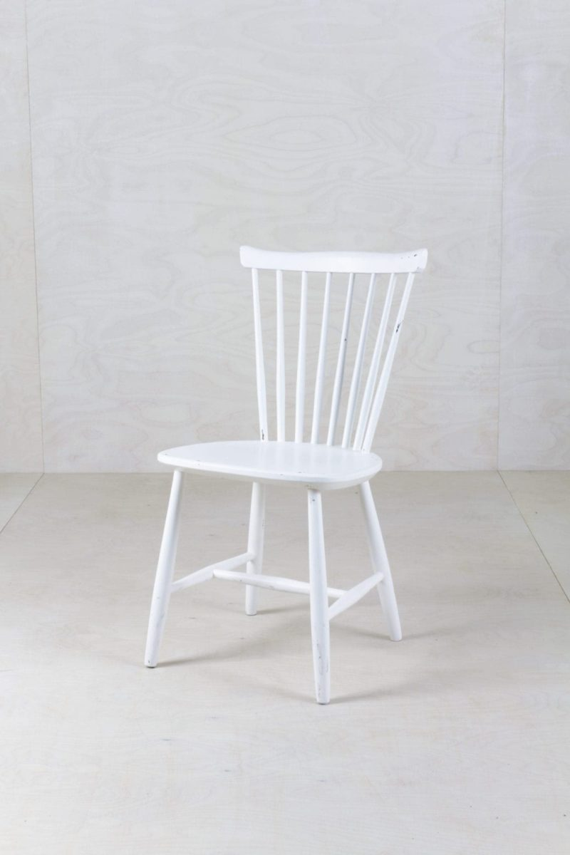 Spindle Chair Vega | We refurbished these vintage spindle chairs with classy matt-white varnish and gave them a new life. | gotvintage Rental & Event Design