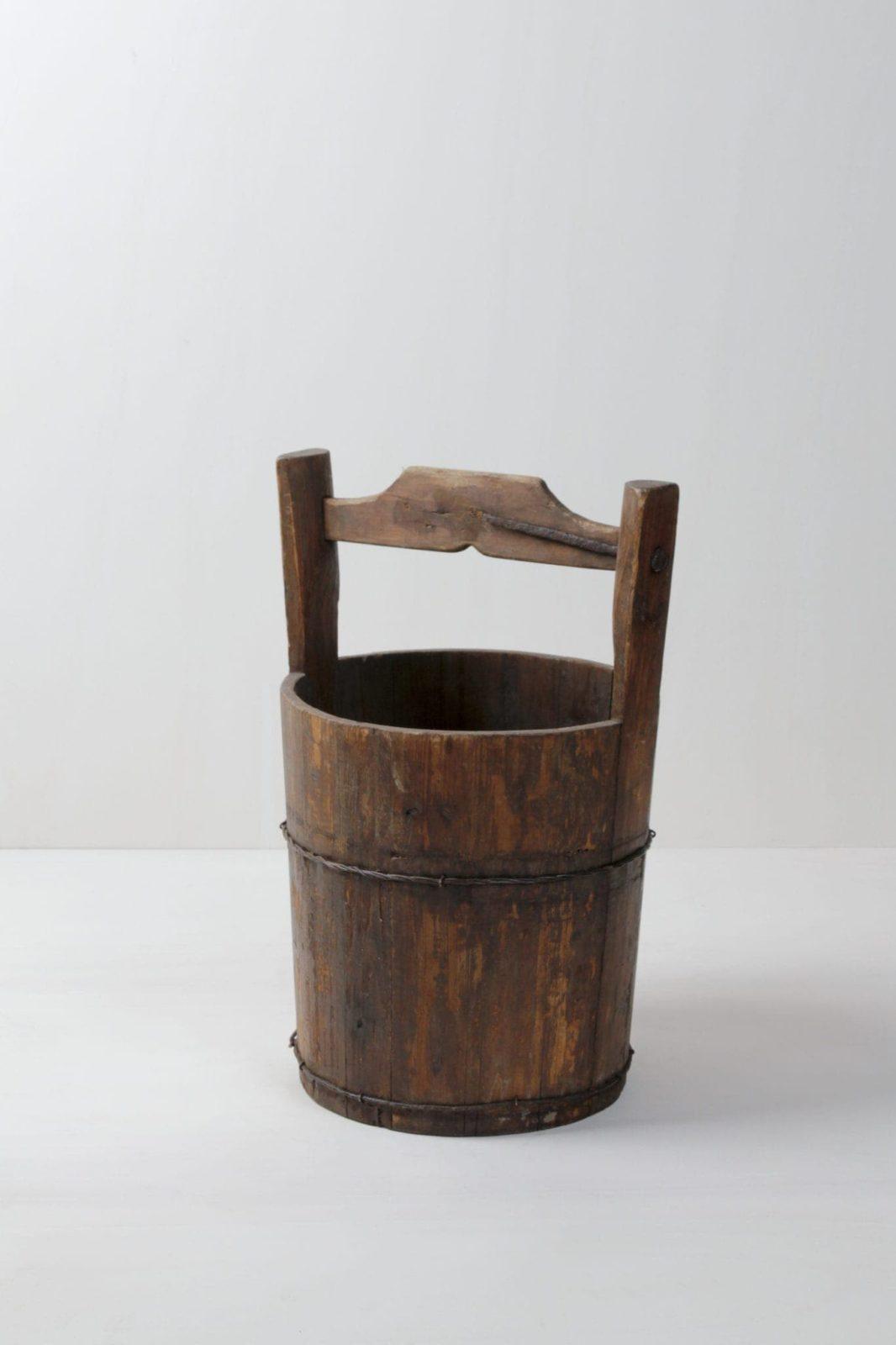 Wassereimer Jago M | Alter Wassereimer aus Holz. Auch in einer kleineren Größe verfügbar. Siehe Wassereimer Paco. | gotvintage Rental & Event Design