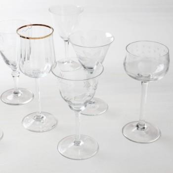 Weinglas Patricia Mismatching | Vintage Weingläser in verschiedenen Mustern und Formen, teilweise mit einem Goldrand versehen. | gotvintage Rental & Event Design