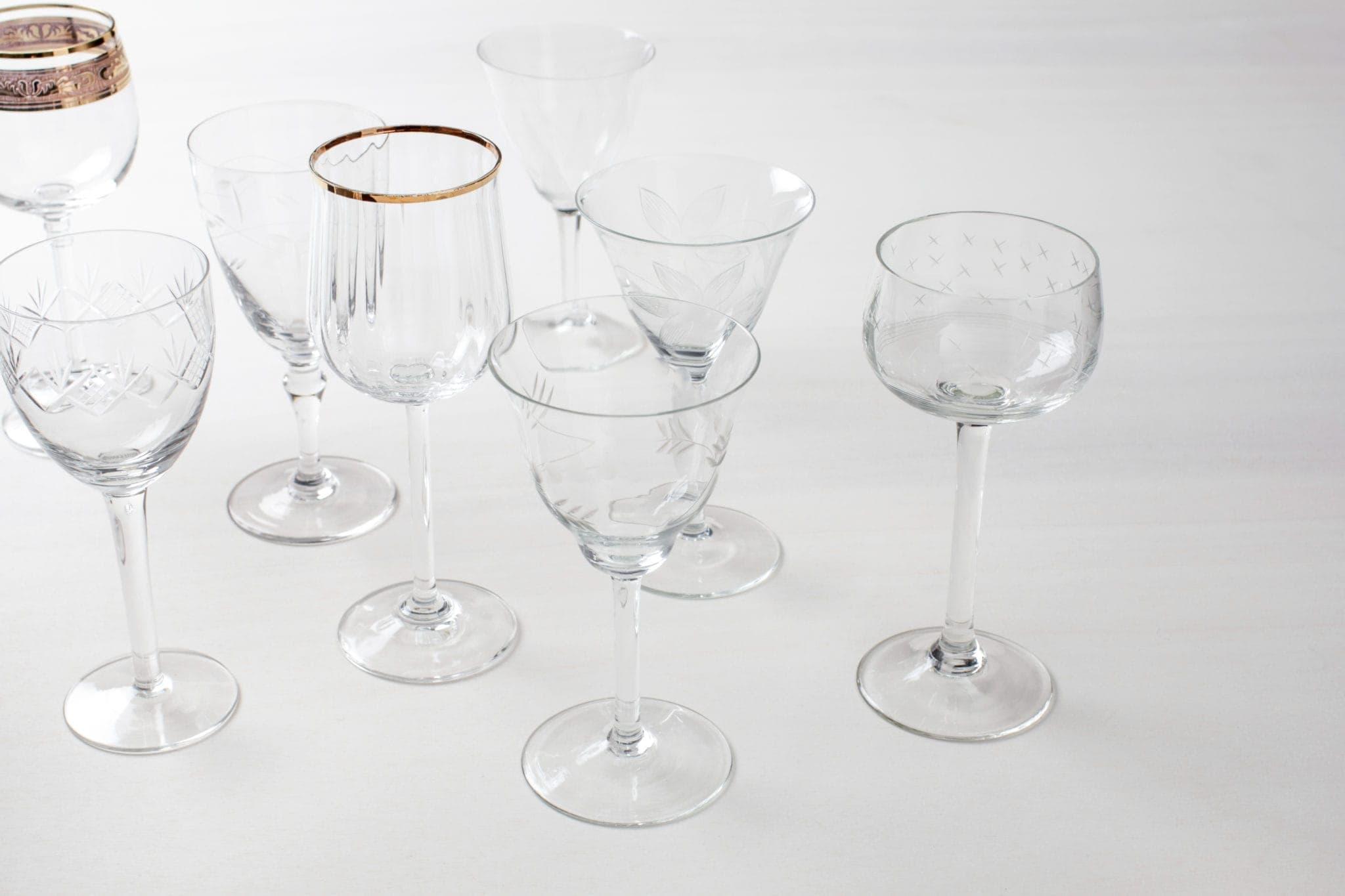 Diese hinreißenden, stilechten Vintage Weingläser sind eindeutig ein Must Have und können zahlreich gemietet werden. Einige Gläser sind verspielt mit verschiedenen Mustern, andere elegant mit Goldrand. Die Vintage Gläser der Serie Patricia sind eine reizende Kollektion, aus verschiedenen Größen und Formen.