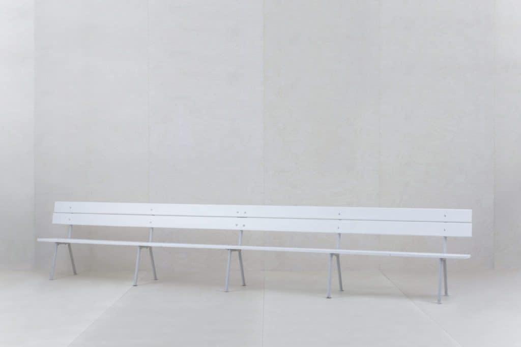 Holzbank Dorotea | Unsere bezaubernden fünf Meter langen ehemaligen Zirkusbänke. Hier finden bis zu zehn Personen Platz. Wir bieten euch gerne passende Sitzkissen an.Die weiße Gartenbank Dorotea, bieten wir auch als kurze Version in 2,40m an. Damit handlicher und leichter zu transportieren und man kann damit wunderbar jede Bierbank ersetzen. | gotvintage Rental & Event Design