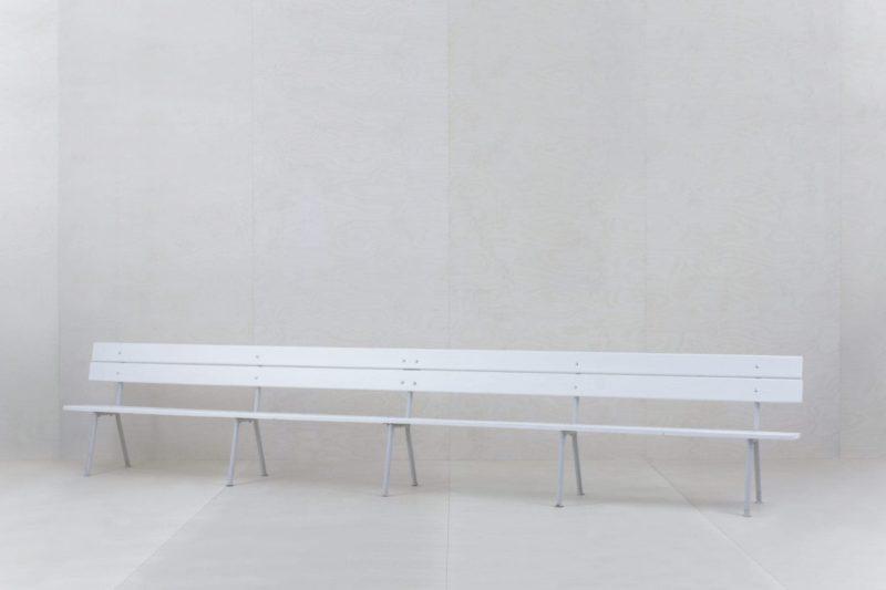 Holzbank Dorotea   Unsere bezaubernden fünf Meter langen ehemaligen Zirkusbänke. Hier finden bis zu zehn Personen Platz. Wir bieten euch gerne passende Sitzkissen an. Die weiße Gartenbank Dorotea, bieten wir auch als kurze Version in 2,40m an. Damit handlicher und leichter zu transportieren und man kann damit wunderbar jede Bierbank ersetzen.   gotvintage Rental & Event Design