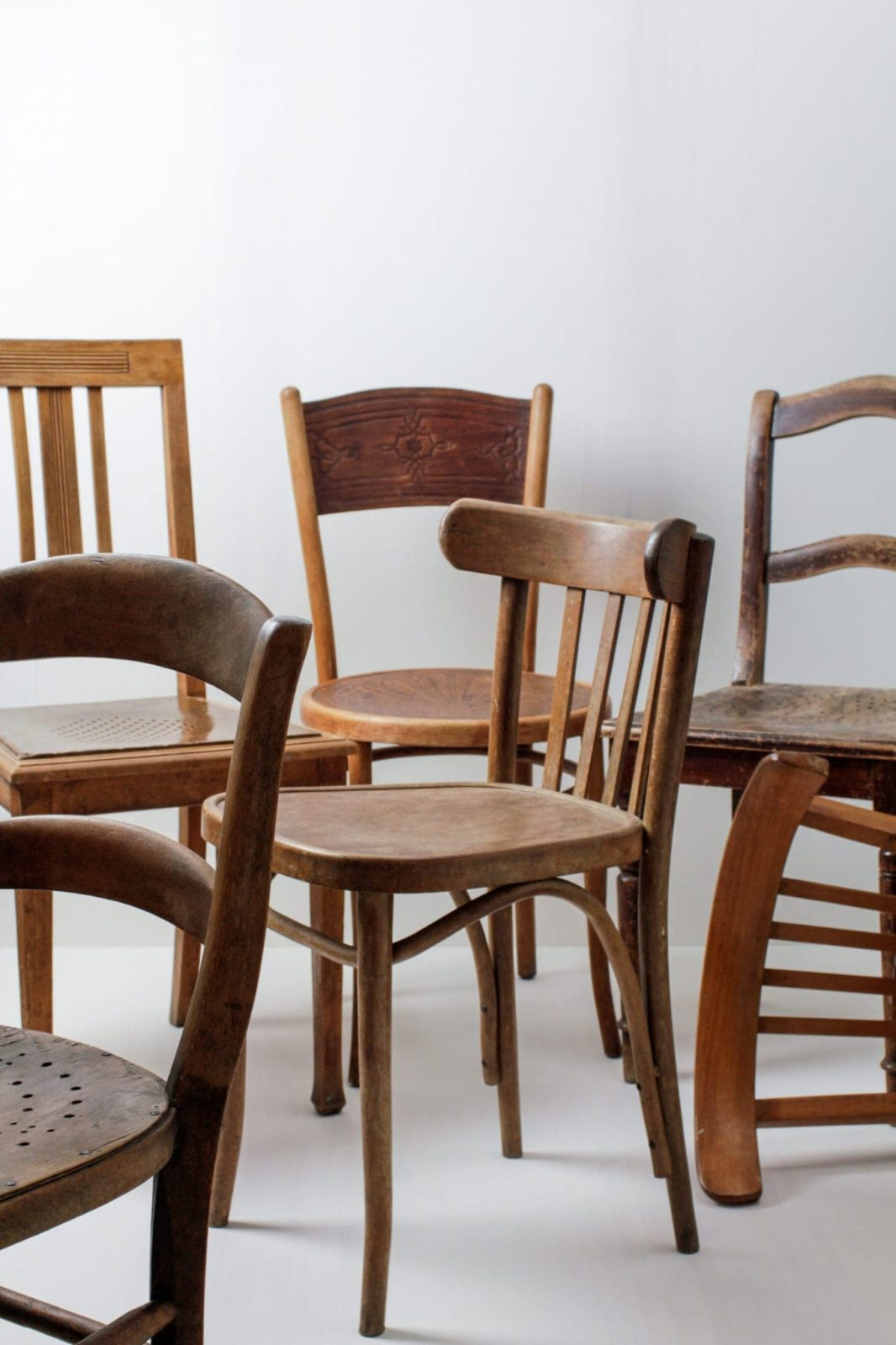 Holzstühle Carlos Vintage - Braun Mismatching | Diese vintage mismatching Holzstühle verschönern jede Tafel. Durch die individuellen Formen und Designs, die unterschiedlichen Brauntöne und Patina ergibt sich ein einmaliges aber stimmiges Bild auf deinem Fest, der Hochzeit oder auch Event.Bis zu 400 Stühle sind zu mieten, somit lässt sich eine lange Tafel oder eine Präsentation ohne Stuhlverbinder wunderschön gestalten. | gotvintage Rental & Event Design