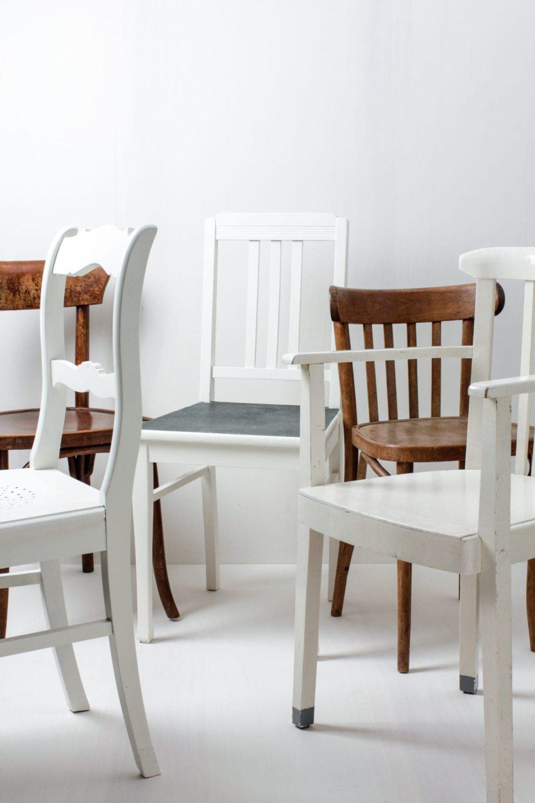 Holzstühle Laura Braun & Weiss Mismatching | Diese vintage mismatching Holzstühle verschönern jede Tafel. Durch die individuellen Formen und Designs, die unterschiedlichen Farbtöne, in braun und weiß, ergibt sich ein einmaliges aber stimmiges Bild auf deinem Fest, der Hochzeit oder auf dem Event. Bis zu 350 Stück der mismatching Holzstühle stehen zur Verfügung, somit lässt sich eine lange Tafel wunderschön gestalten. | gotvintage Rental & Event Design