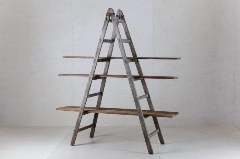 Holzleiter Cuartio   In Kombination mit unseren Holzbrettern Zacarias aus der Kemarikfabrik wird diese alte Leiter im Handumdrehen ein Regal für Dekoration, Kuchen oder als Trennwand. Vielseitig und wunderschön. Bitte die Bretter separat ordern.   gotvintage Rental & Event Design