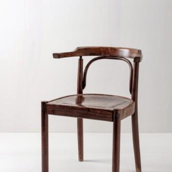 Armlehnenstuhl Adrian | Stuhl im Jugendstil. Schön geformte Maserung im dunklen Holz. | gotvintage Rental & Event Design