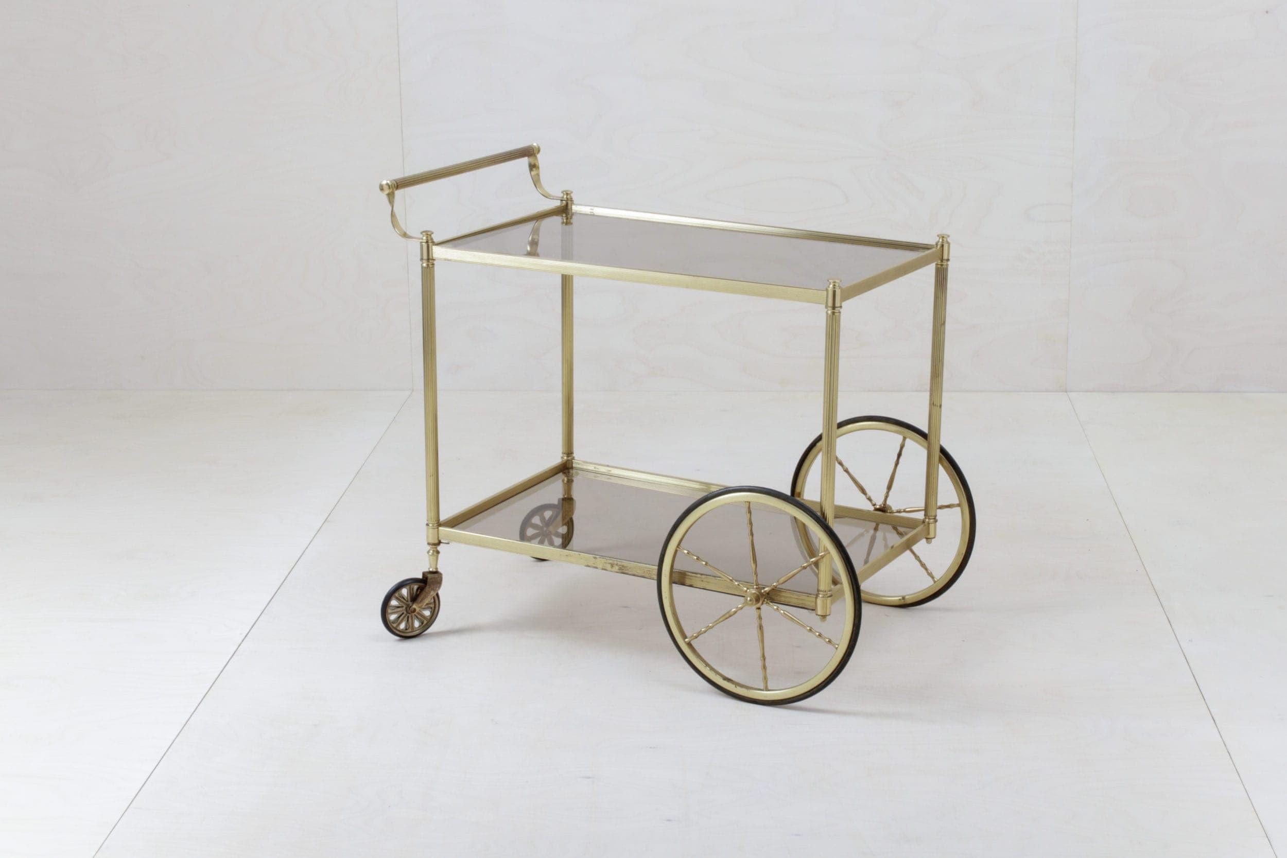 Servierwagen Agatha | Eleganz in Glas und Gold: Servierwagen mit zwei Glasböden, ideal für kleine Dekorationen bzw. klassisch für z.B. Whisky-Dekanter. | gotvintage Rental & Event Design