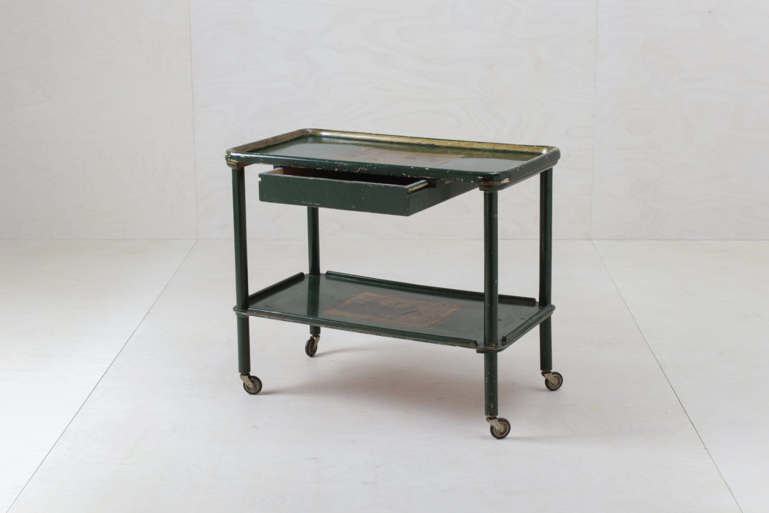 Farbe Radio Button | Charming vintage bar trolley made of wood. It even has a drawer. |