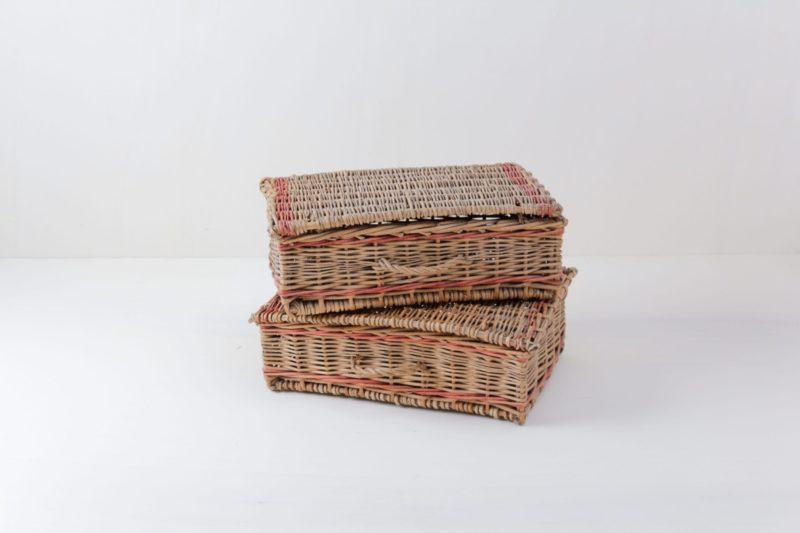 Korb Estefan | Estefan ist ein Set aus zwei flachen Körben. Eckig, mit Deckel und roten Details, vermieten wir die beiden Körbe häufig für die Besteckaufbewahrung oder um Servietten anzubieten. | gotvintage Rental & Event Design