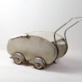 Korbkinderwagen Savanna | Kinderwagen aus Korb, Mitte 20. Jahrhundert. Ein besonders ziervolles Dekorationselement. | gotvintage Rental & Event Design