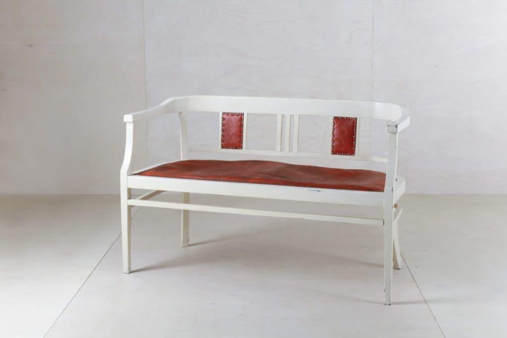 Sitzbank Yanamarie | Zu diesem Zweisitzer haben wir auch passend zwei Armlehnenstühle und den Tisch. | gotvintage Rental & Event Design