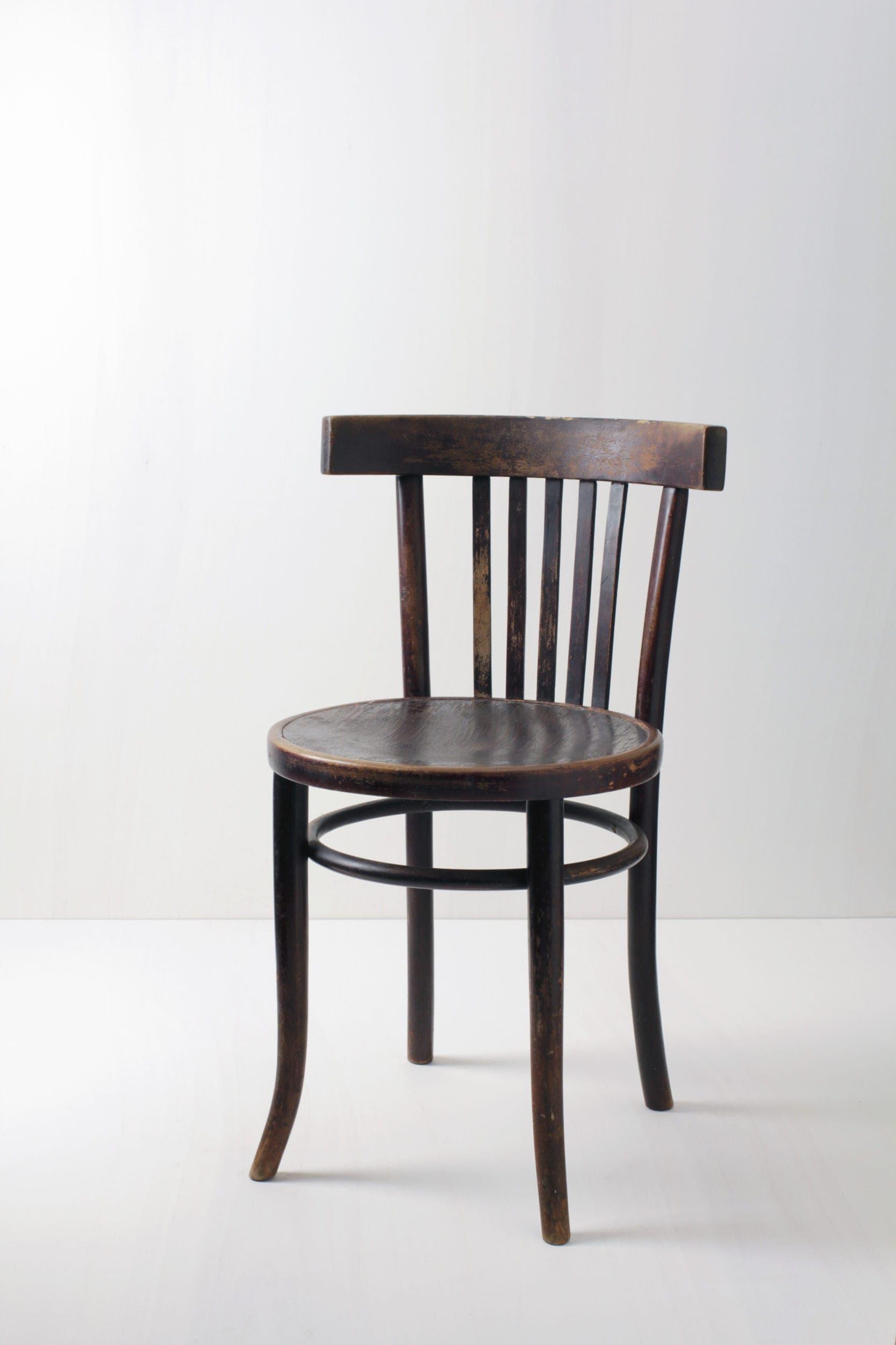 Mietmöbel, braune und weiße Holzstühle zu mieten