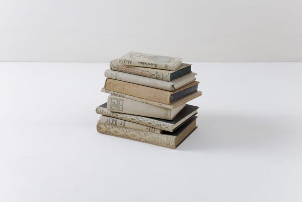 Bücher Leonora Vintage Beige | Bücher sorgen immer für eine gemütliche Atmosphäre. Warum nicht auch mal unsere vintage Bücher nach Farbschema sortieren? Ein Set besteht aus zehn Stück. | gotvintage Rental & Event Design