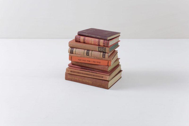 Bücher Leonora Vintage Rot | Bücher sorgen immer für eine gemütliche Atmosphäre. Warum nicht auch mal unsere vintage Bücher nach Farbschema sortieren? Ein Set besteht aus zehn Stück. | gotvintage Rental & Event Design