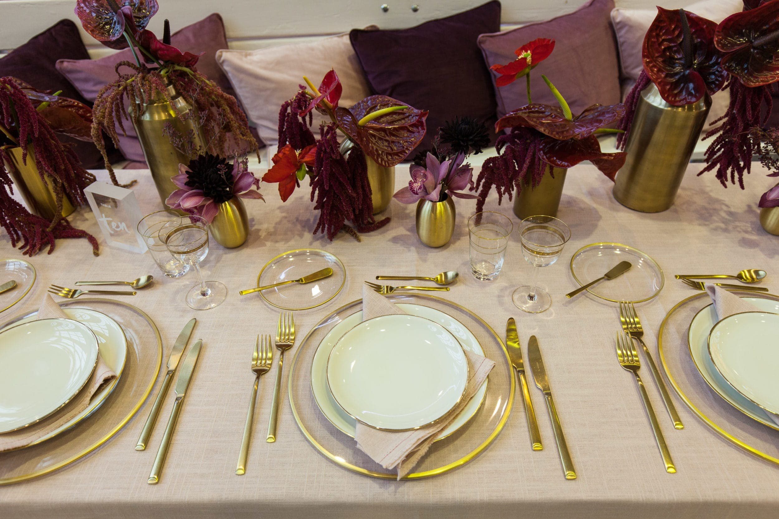 Bread Plate Sofia Clear Glass with Gold Rim | Plain bread plate made of clear glass with golden rim. You can rent as well the matching charger plate Sofia. | gotvintage Rental & Event Design