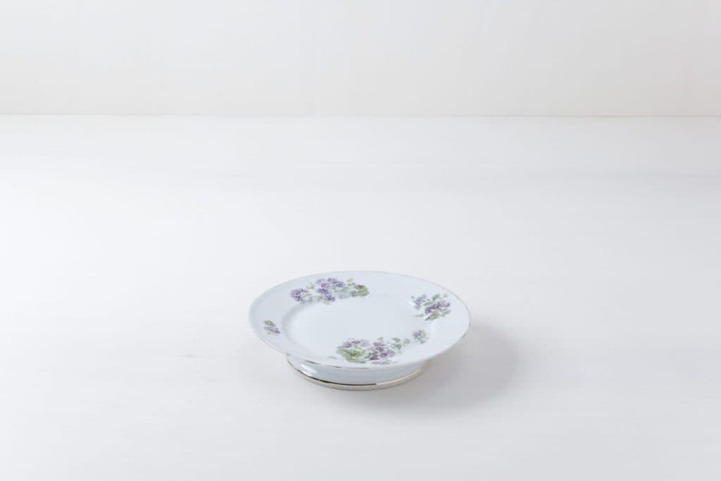 Kuchenplatte Regina Floral   Ein Kuchenteller mit schönen floralen Mustern.   gotvintage Rental & Event Design