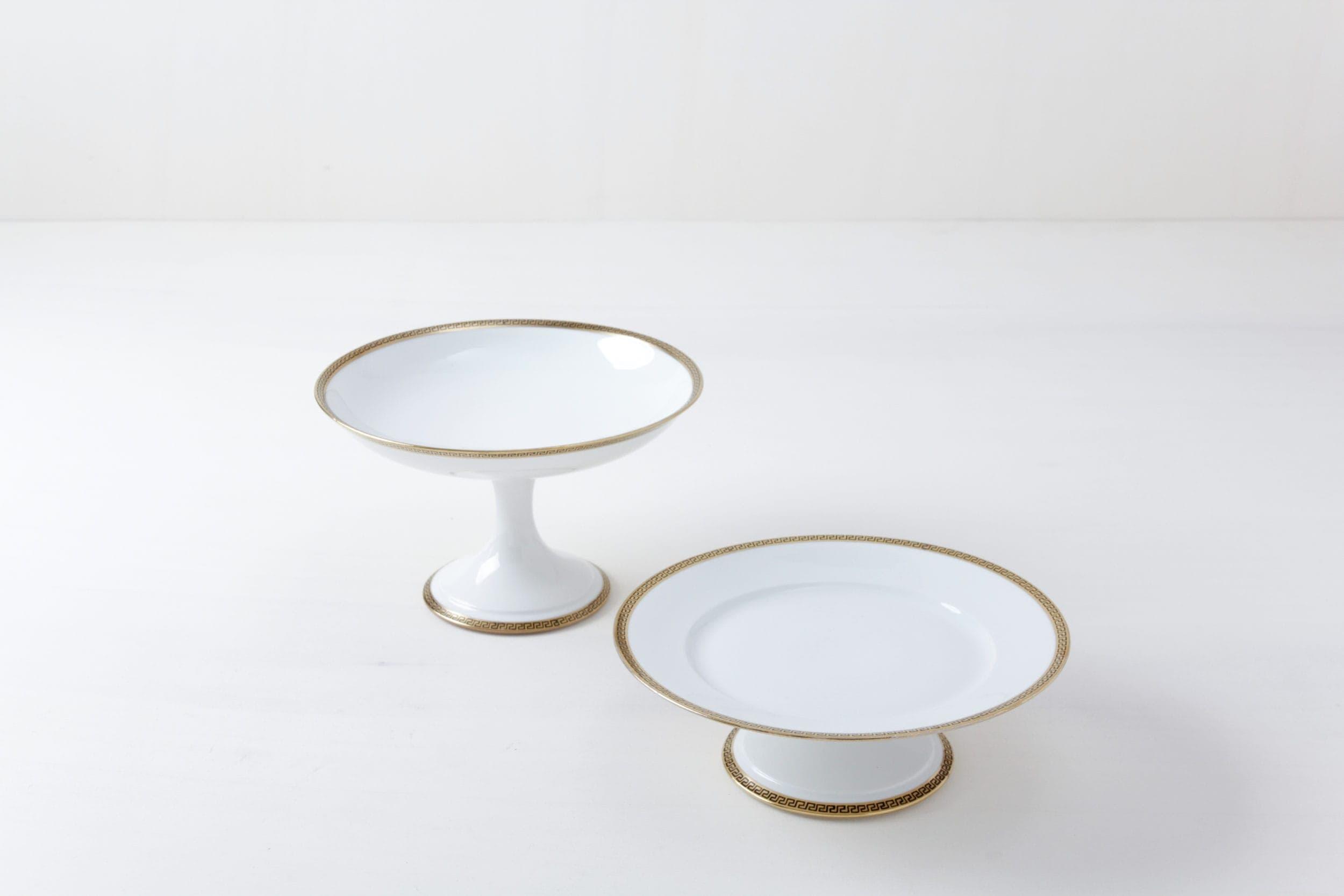 Kuchenplatten Set Kesara Gold | Zwei zueinander gehörende Kuchenständer mit goldenen Details. | gotvintage Rental & Event Design