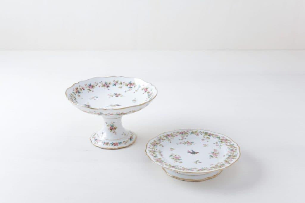 Tortenständer Set Noelia Floral   Set aus zwei zueinander gehörenden Kuchentellern mit floralem Muster.   gotvintage Rental & Event Design
