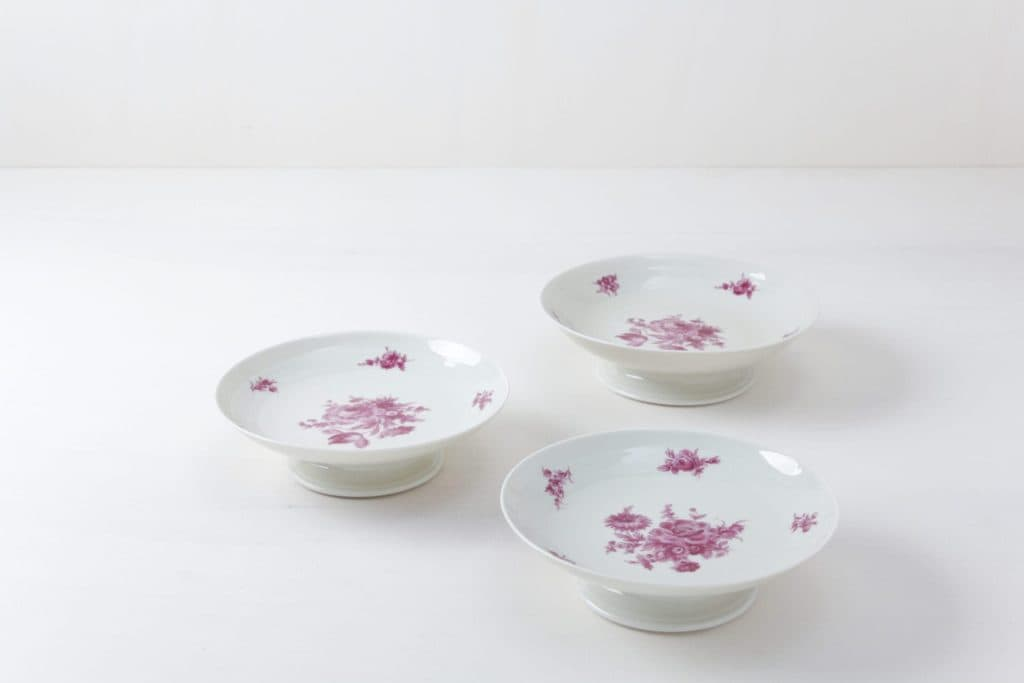 Cake Stand Set Valeria Floral | Three matching cake stands with pink ornaments. | gotvintage Rental & Event Design