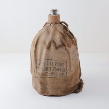 Carboy Lucio | Carboy covered by a flax bag with woven handles. | gotvintage Rental & Event Design