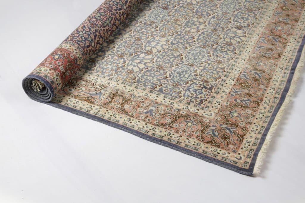 Teppich Emilie | Pastellfarbener Orientteppich. Mit der Größe und den besonderen Farben erzeugt er ein außergewöhnlich warmes Bild. | gotvintage Rental & Event Design
