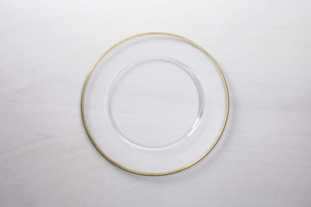 Charger Plate Sofia Clear Glass with Gold Rim | Plain charger plate made of clear glass with gold rim, perfectly matching all kinds of decoration. You can also rent the matching bread plate Sofia with a 15 cm diameter. | gotvintage Rental & Event Design