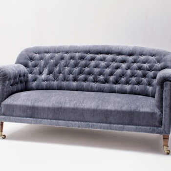 Couch Gabriel Velvet | Velvet couch Gabriel is an original vintage piece from the 1920s. Designed in the Chesterfield style, it looks particularly impressive thanks to the blue velvet cover. Couche Gabriel becomes an eye-catcher at every event and photo shoot and invites you to linger. | gotvintage Rental & Event Design