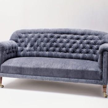 Couch Gabriel Samt | Samtcouch Gabriel ist ein originales Vintage Stück aus den 1920er Jahren. Im Chesterfield Style designed, wirkt es durch den blauen Samtbezug besonders eindrucksvoll. Sofa Gabriel wird so zum Blickfang auf jedem Event und Fotoshooting und lädt ganz nebenbei noch zum gemütlichen Verweilen ein. | gotvintage Rental & Event Design