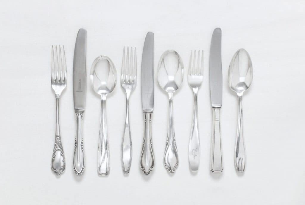 Cutlery Set Antonia Silver-Plated 5-piece Set Mismatching | Set for one person, each containing one vintage dinner knife, dinner fork table spoon, cake fork and tea spoon , silver-plated cutlery with nice patina. | gotvintage Rental & Event Design